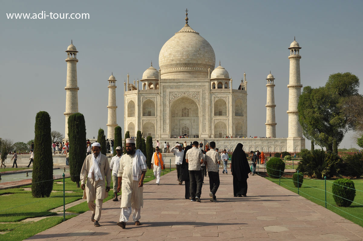 taj mahal monument of love The taj mahal is widely considered one of the most beautiful buildings ever created the exquisite marble structure in agra, india, is a mausoleum, an enduring monument to the love of a husband for his favorite wife.